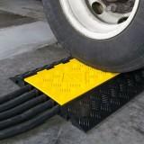 Limitator de viteză cu trecere pentru cablu